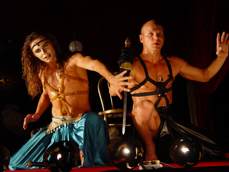 golie-akteri-na-teatralnoy-stsene